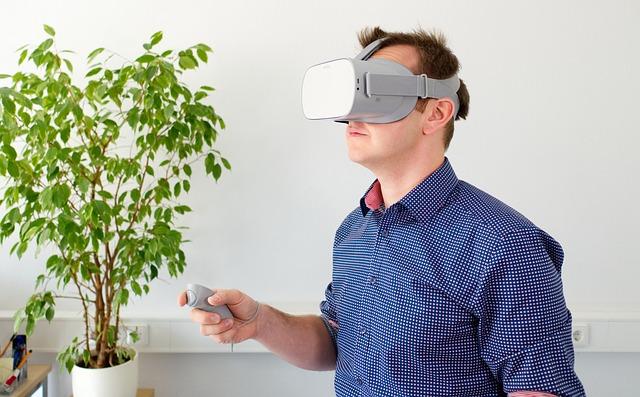 Un homme qui joue en réalité virtuelle