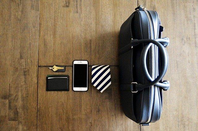 des accessoire pour homme, un portefeuille, un telephone